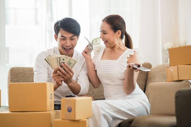 Casal feliz no escritório em casa com negócios on-line, marketing on-line e trabalho freelance