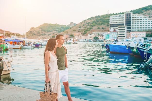 Casal feliz no porto caminhando juntos nos navios. férias com a família