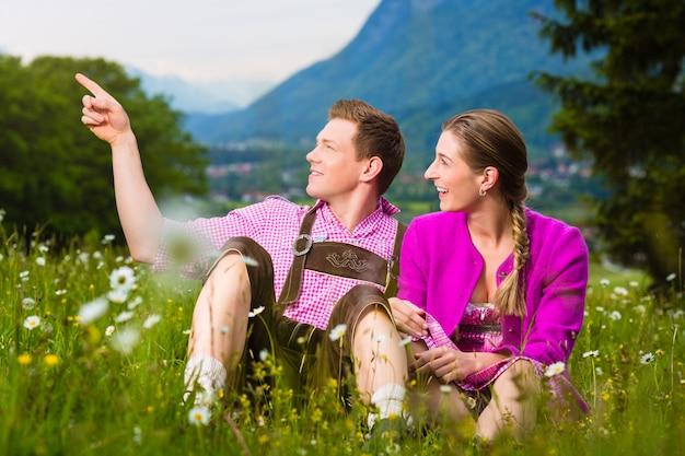 Casal feliz no prado alpino