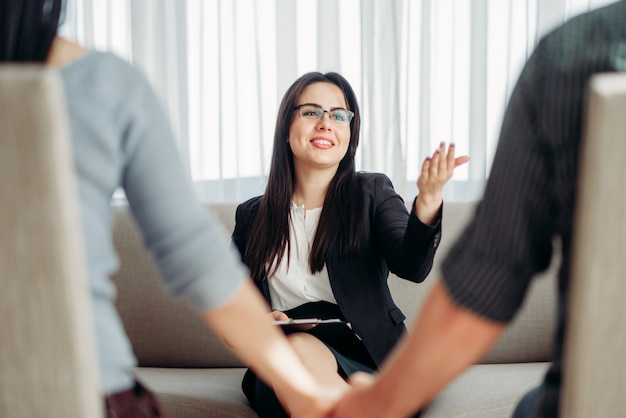 Casal feliz no psicólogo, psicologia familiar