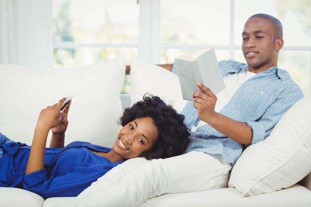 Casal feliz no sofá na sala de estar