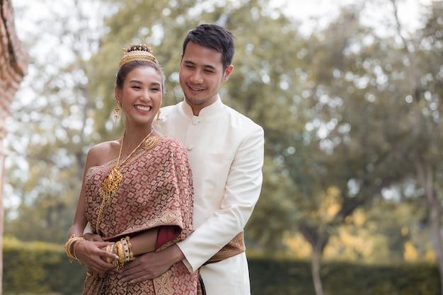 Casal feliz no vestido nacional tailandês