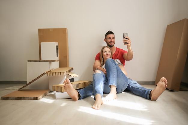 Casal feliz nova casa