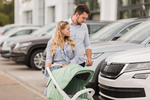 Casal feliz olhando carros