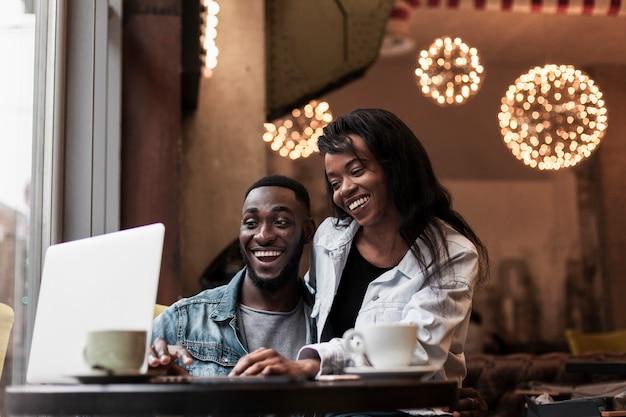 Casal feliz olhando para laptop