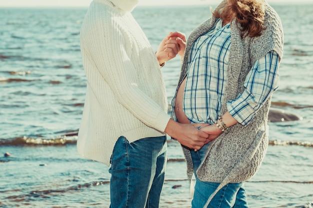 Casal feliz passa tempo à beira-mar