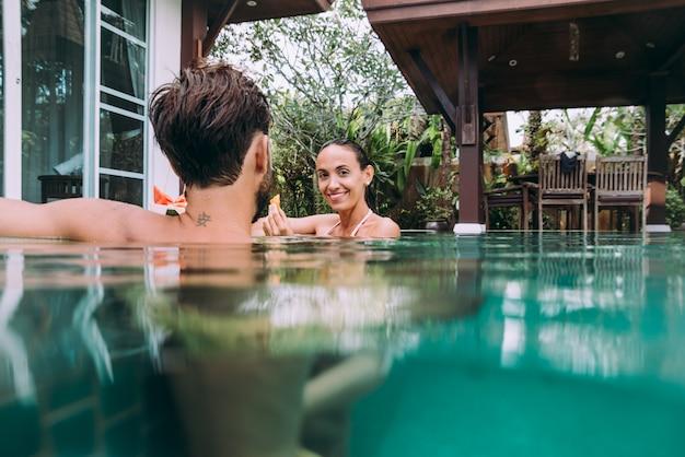 Casal feliz, passar o tempo em uma bela casa de férias