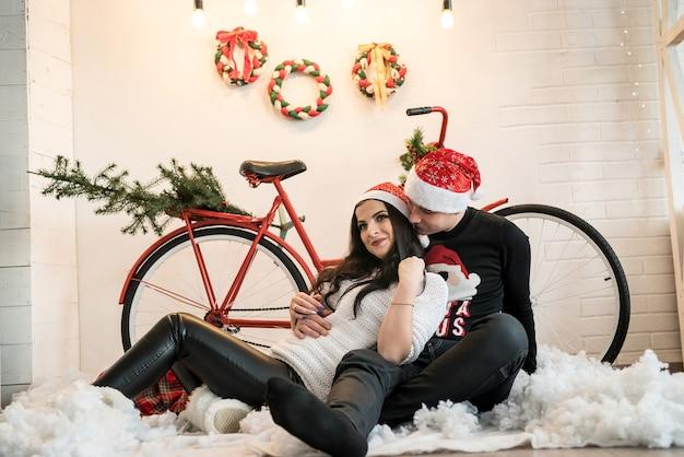 Casal feliz posando com decorações de ano novo