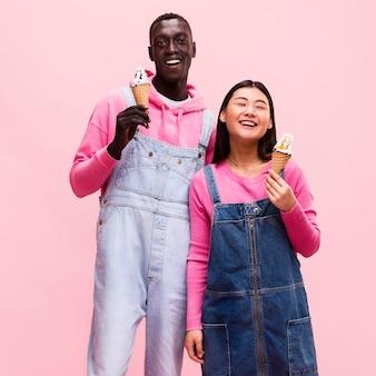 Casal feliz posando com sorvete