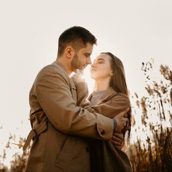 Casal feliz posando de tiro médio