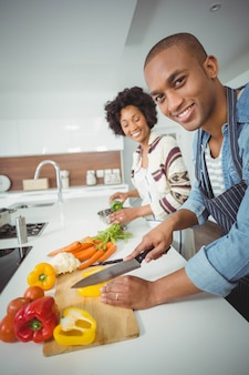 Casal feliz preparar legumes na cozinha