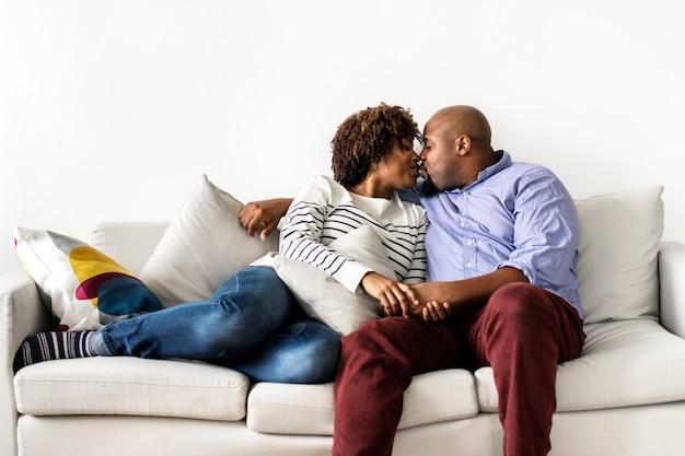 Casal feliz relaxando em casa