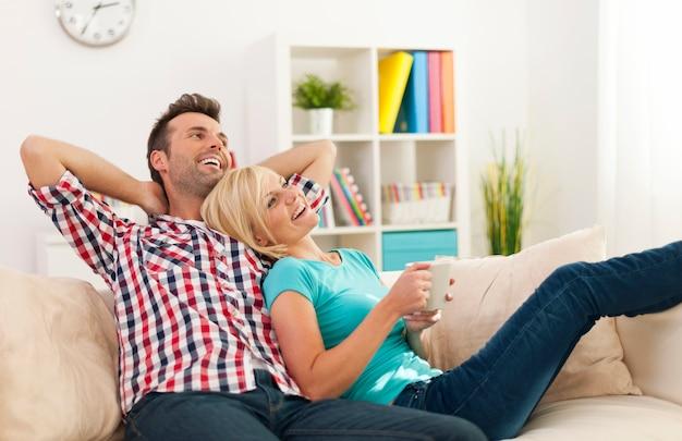 Casal feliz relaxando juntos em casa