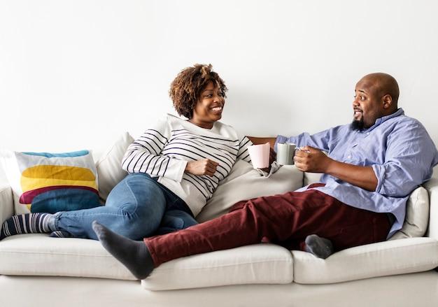 Casal feliz relaxando no sofá