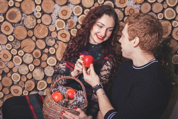 Casal feliz se abraçando. história de amor de natal e ano novo, ensaio fotográfico