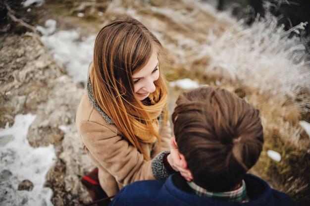 Casal feliz se divertindo ao ar livre no parque de neve.