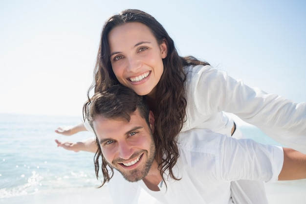 Casal feliz se divertindo