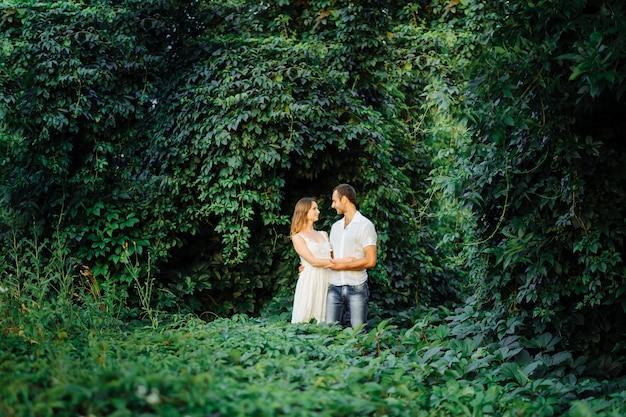 Casal feliz se divertir no parque na natureza