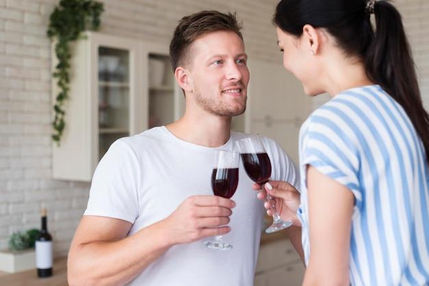 Casal feliz segurando copos de vinho
