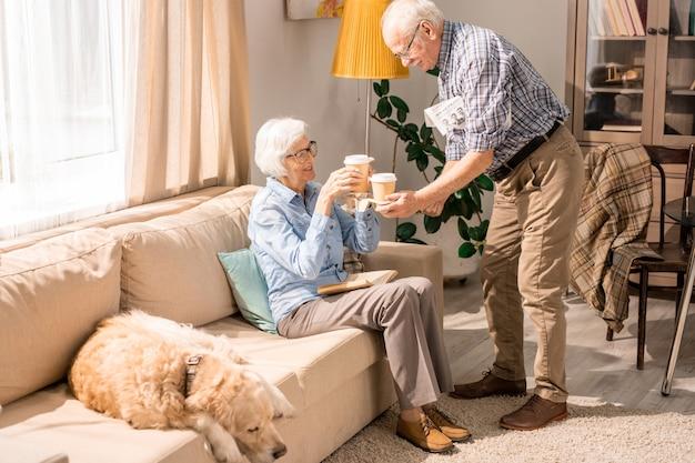Casal feliz sênior, bebendo café em casa