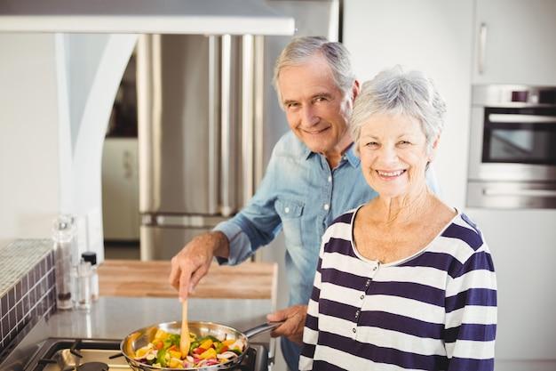 Casal feliz sênior, cozinhar alimentos