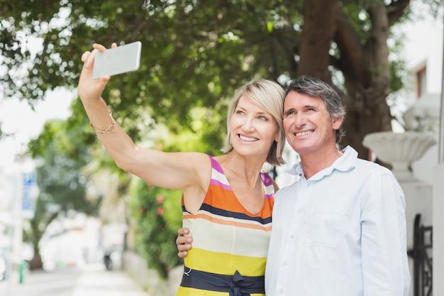 Casal feliz tendo selfie