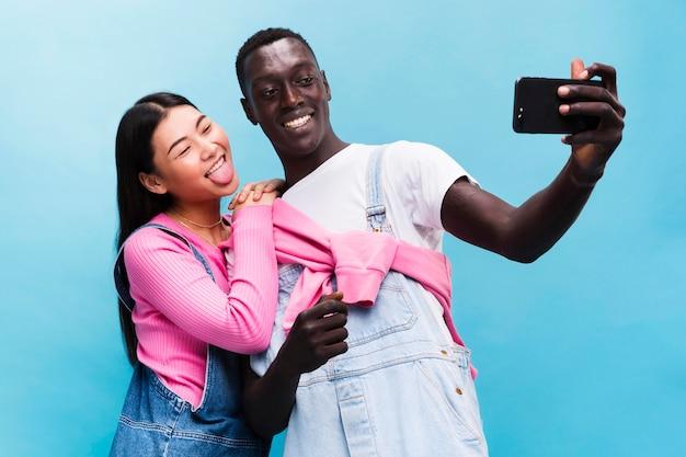 Casal feliz tirando uma selfie
