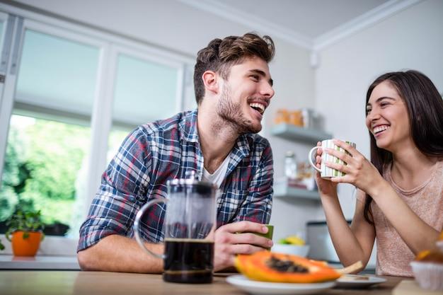 Casal feliz tomando café da manhã juntos em casa