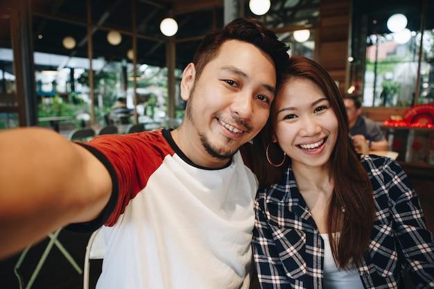 Casal feliz tomando selfie juntos