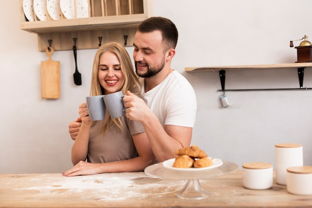 Casal feliz tomando um café da manhã