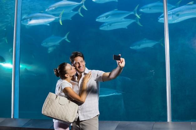 Casal feliz tomando um selfie