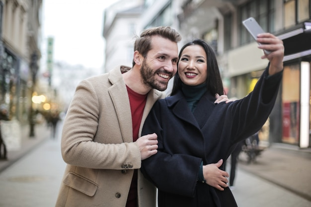 Casal feliz tomando uma selfie