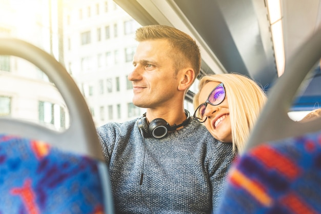 Casal feliz viajando de ônibus em londres