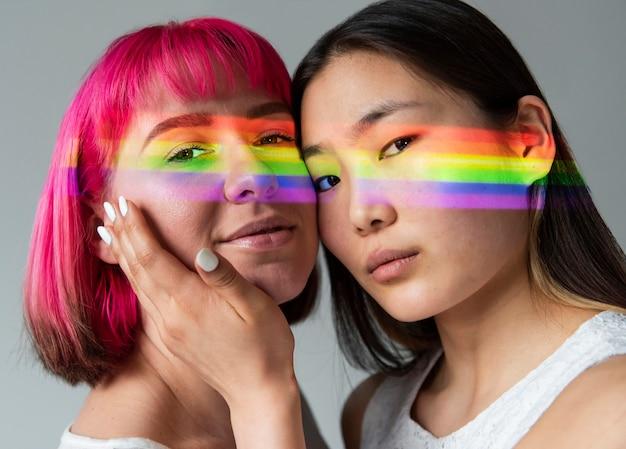 Casal feminino com símbolo do arco-íris