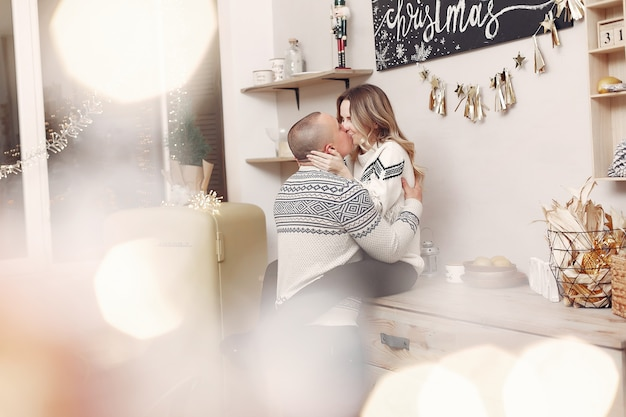 Casal fica em casa com enfeites de natal