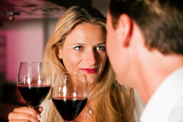 Casal flertando no bar do hotel