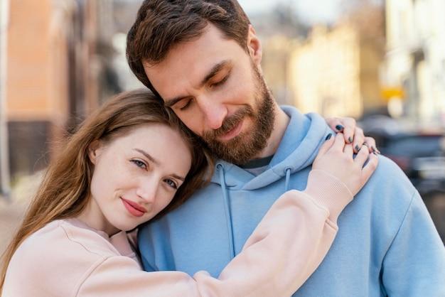 Casal fofo abraçado ao ar livre na cidade