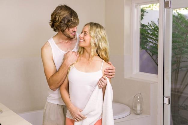 Casal fofo abraçando no banheiro em casa