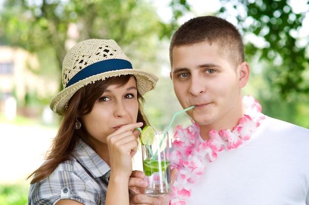 Casal fofo bebendo um coquetel de mojito Foto gratuita