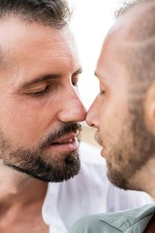 Casal fofo close-up sendo romântico