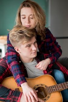 Casal fofo com guitarra
