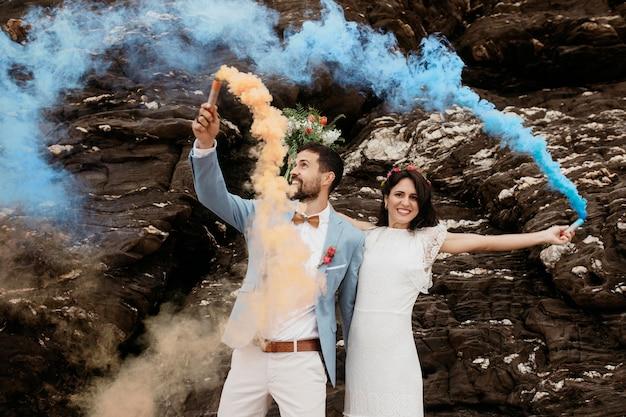 Casal fofo comemorando casamento na praia