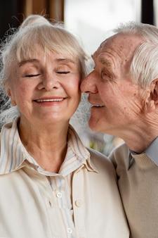 Casal fofo de idosos em casa