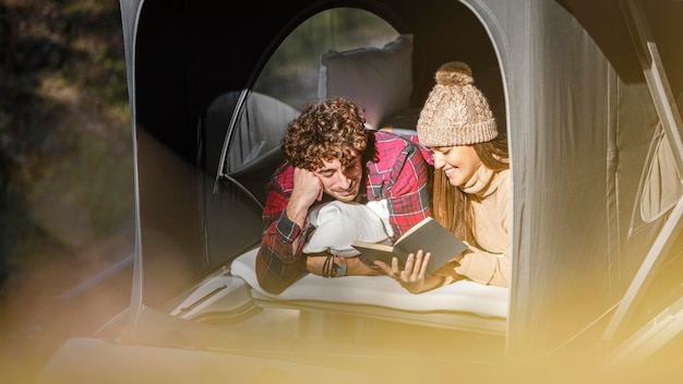 Casal fofo de tiro médio lendo juntos