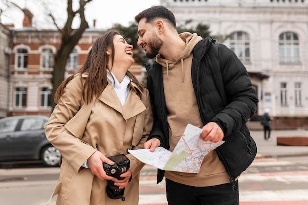Casal fofo de tiro médio sendo romântico