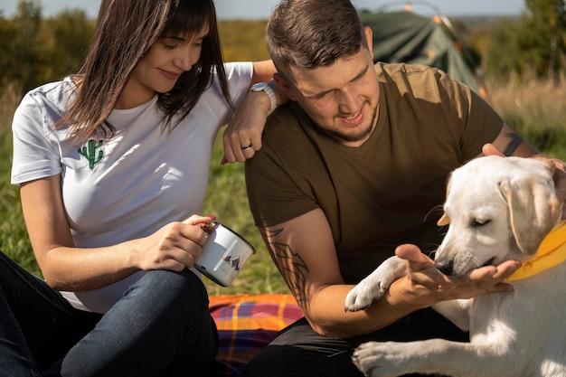 Casal fofo e cachorro ao ar livre