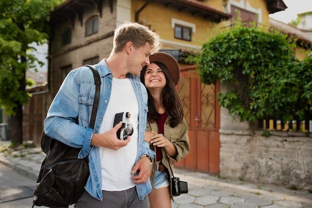 Casal fofo em foto média viajando