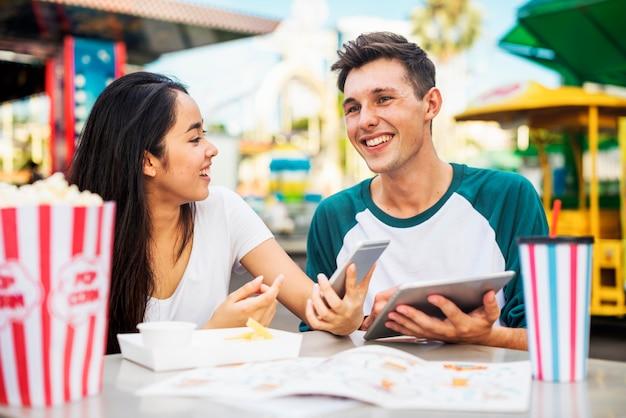 Casal fofo em um encontro em um parque de diversões