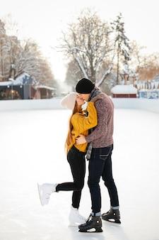 Casal fofo em uma arena de gelo