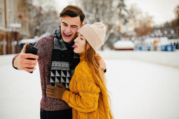 Casal fofo em uma cidade de inverno